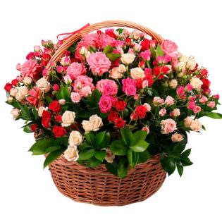 Цветы в корзинке с кустовыми розами